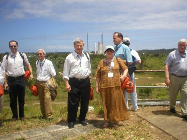 К.Чурюмов и С.Герасименко на фоне космической ракеты. 2004 год, космодром Куру