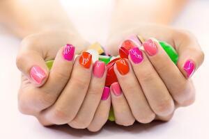 Не стоит ставить диагноз по виду ногтей. Сначала разберёмся, что и как мы делаем с нашими ногтями.