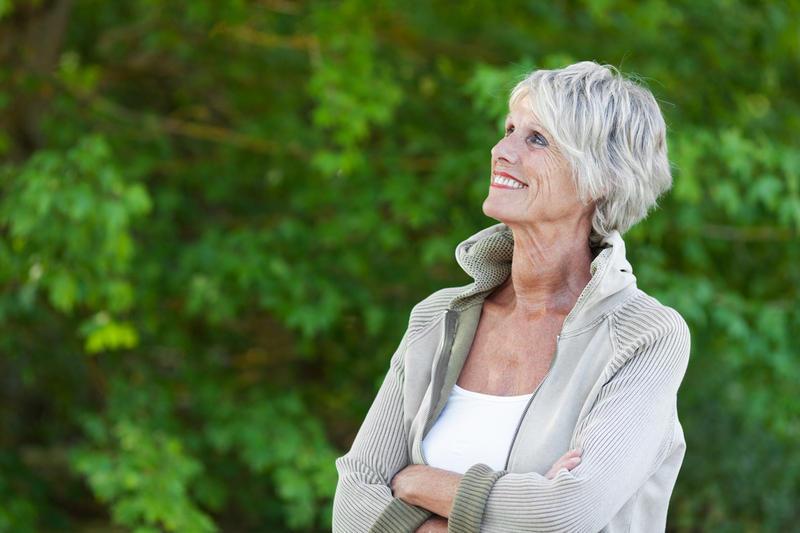 Фото женщины с седыми волосами