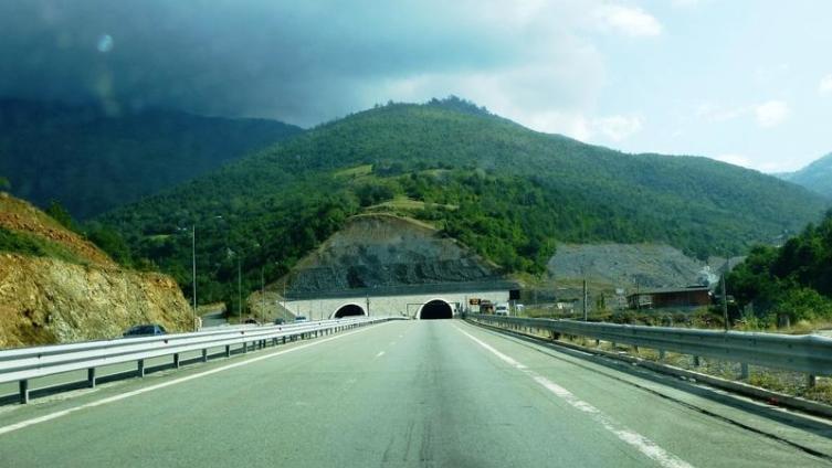 Впереди появился тоннель