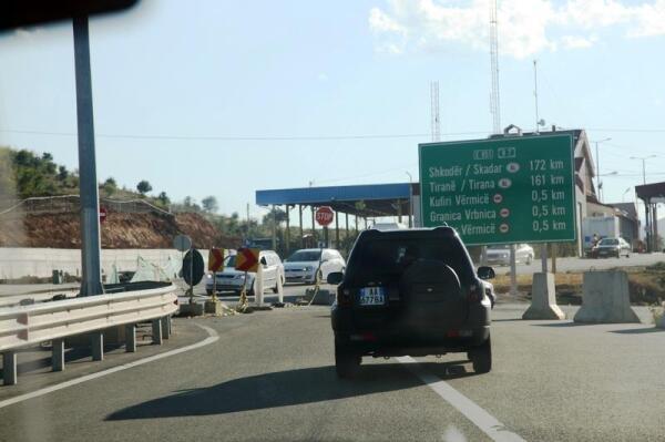 Перед албано-косовской границей. Пограничники всего мира не любят, когда их фотографируют, пришлось сделать это издали