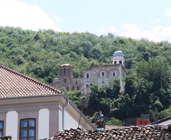 Развалины 700-летней церкви Храм Богоматери Левишка, разрушенной в 2004 году