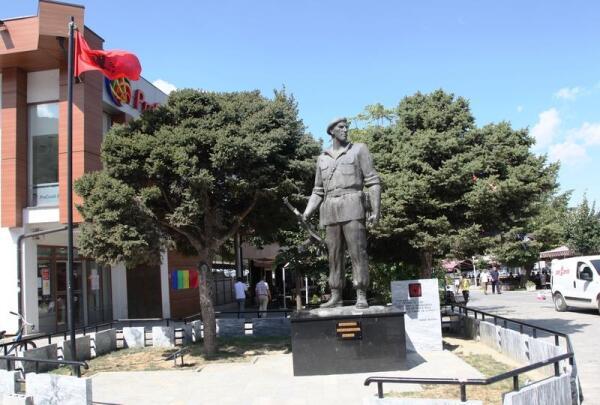 Памятник албанскому солдату