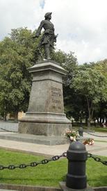 Высота гранитного пьедестала, на котором стоит памятник, 5,4 м