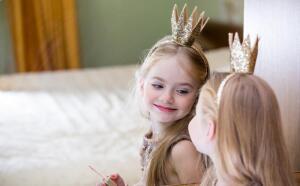Когда ребенок радостно встречает себя в зеркале, отражение ему нравится, можно утверждать, что у него все хорошо!