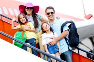В случае, если путешествие предстоит без папы, стоит взять вещей по минимуму и сложить их в рюкзак – так обе руки будут свободны.
