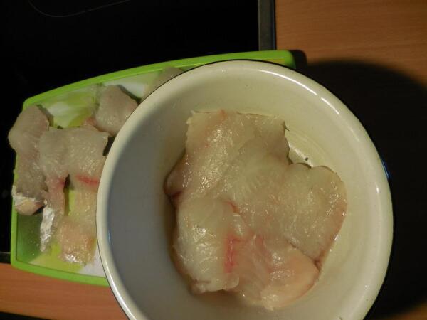 Рыбное филе без кожи, разделанное на порционные кусочки