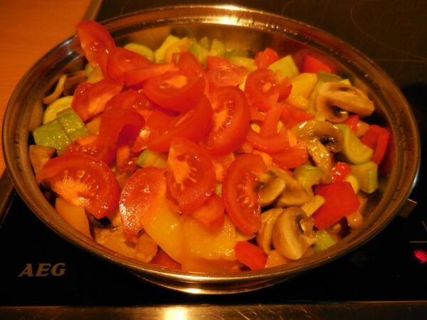 Свежие помидоры, так же, как и всё остальное, обжариваем 2-3 минуты