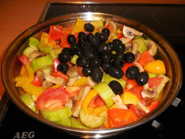 Вскрываем 350-граммовую баночку маслин, сливаем рассол, и всё её содержимое отправляем в сотейник