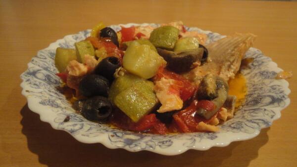 Рыбу и овощи можно раскладывать по тарелкам