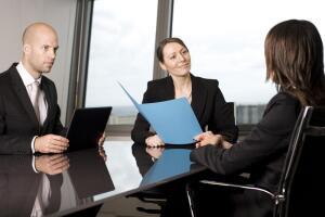 Основной принцип – не выделяться. Большинство работодателей отрицательно относятся к яркой индивидуальности.