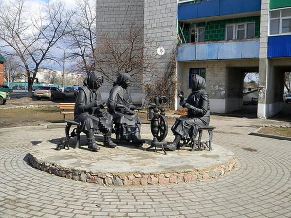 Памятник пуховязальщицам в Урюпинске