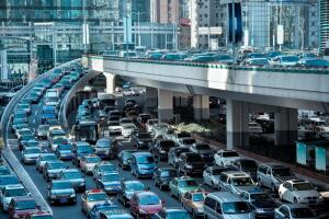 Если вы едете в плотном потоке машин, нужно тормозить как можно меньше и как можно более плавно.