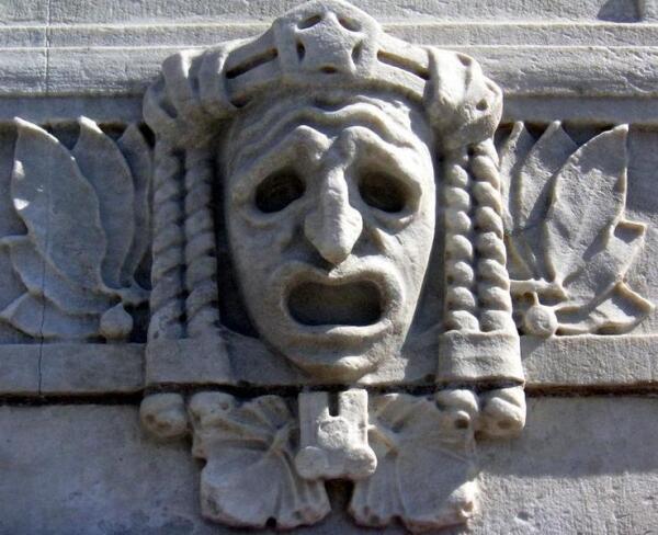 Трагическая маска на фасаде драматического театра в Стокгольме.
