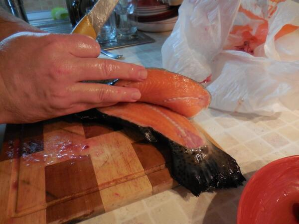 У самого хвоста лезвие ножа выходит из тушки, отделив её часть от хребта