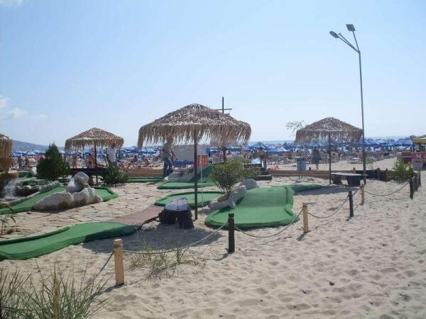 Площадка для гольфа прямо на пляже