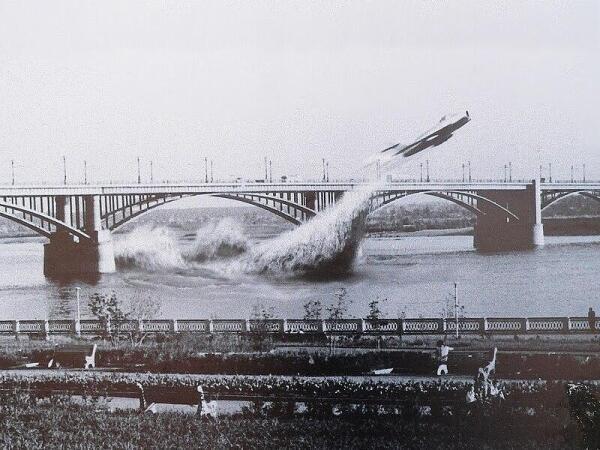 Пролет МИГа-17 под обским мостом