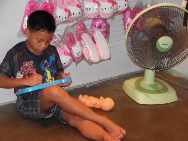 Мальчик занят серьезными играми