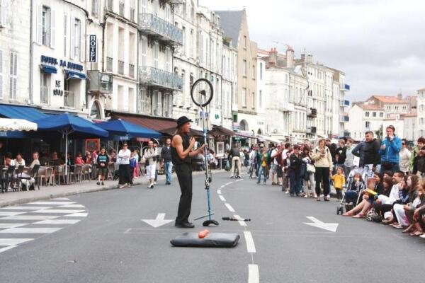 Уличное представление в Ла Рошель