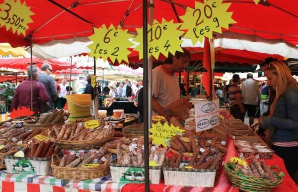 Колбасный отдел на рынке в Пуатье
