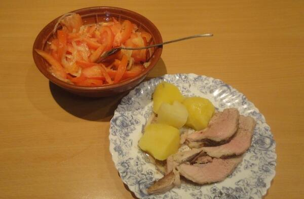 Томленое мясо, отварная картошка к нему и салат из помидоров с луком... Чем не праздник вкуса?!