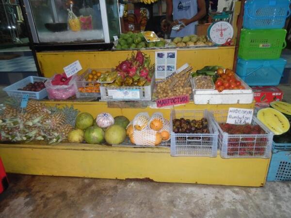 Розовые яблоки слева, желтые арбузы справа