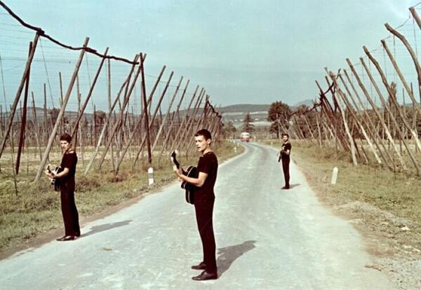 «Старики на уборке хмеля», кадр из фильма
