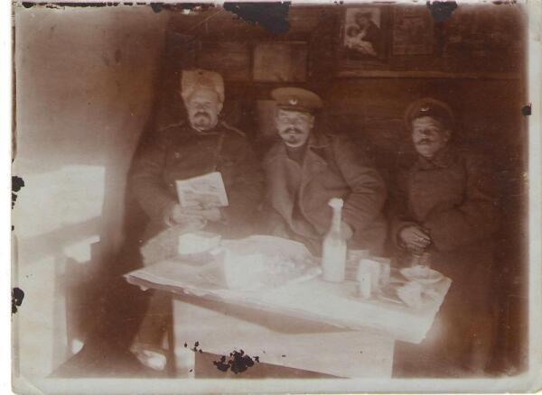Иван Русин (слева) с офицерами Стрелкового полка ОСШ в землянке. Польша. 1915 г.