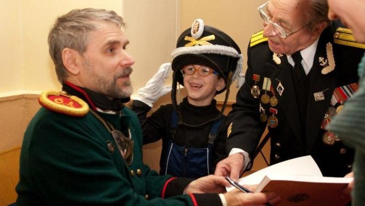 На презентации книги автор был одет в исторический костюм поручика пехотной артиллерии 1-й половины 19 века