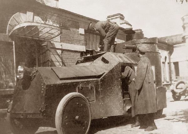 Бронеавтомобиль Изотта-Фраскини, перебронированный по проекту штабс-капитана Мгеброва, в Ораниенбауме у здания Ружейного полигона, переоборудованного в мастерские. Июнь 1916 г.