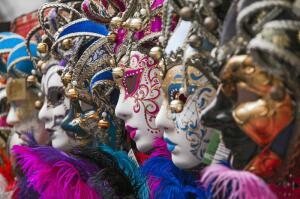 Почему в Венеции носили маски?