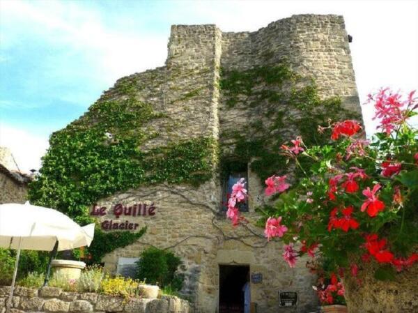 Вид на кафе La quille в городке Мирамас-ле-Вье