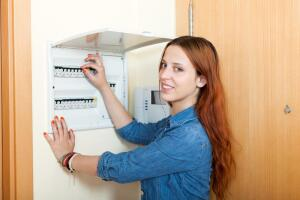 Автоматический выключатель или УЗО – чем они различаются и от чего защищают?