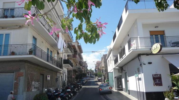 Сицилийская улочка: полдень, жара, пустота