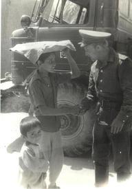 В.Мошняга с афганскими детьми. 1981 г.