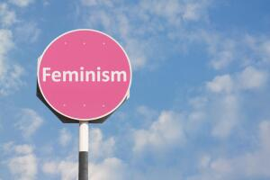 Феминизм: небритые подмышки, сожженные лифчики и равные возможности?