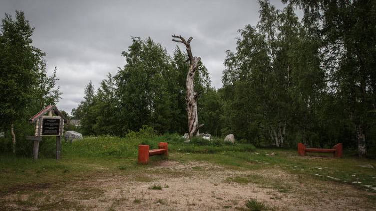 В честь эпоса назван посёлок на севере Карелии. В центре этого посёлка стоит старая засохшая сосна...