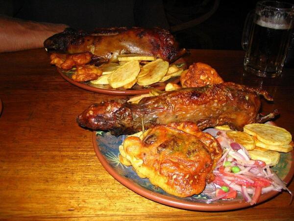 Два современных перуанских блюда из мяса морской свинки.