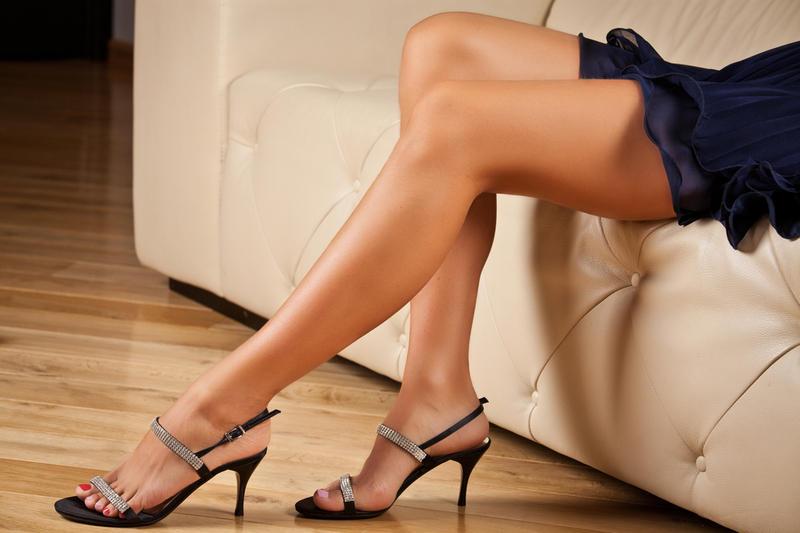Сексуальные женские ножки в чулках со швом