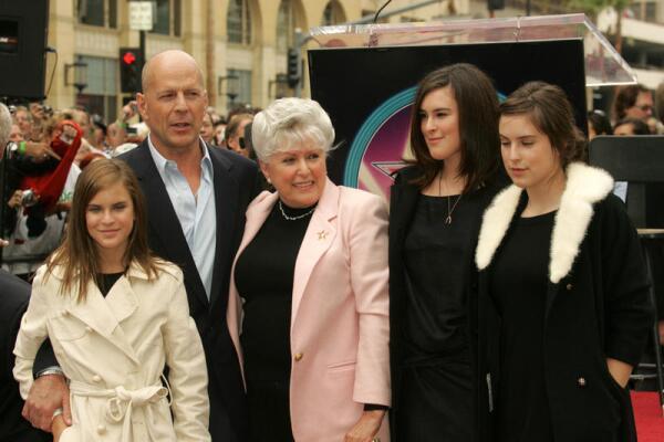 Брюс с мамой и дочерьми