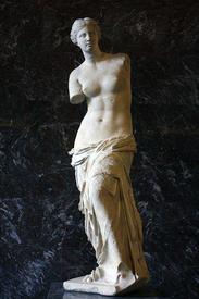 Если посмотреть на статую Венеры Милосской, то можно заметить, что талии, в нашем понимании, у неё почти что нет - торс сужается постепенно, без резких переходов, а бёдра мощные, толстокостные.