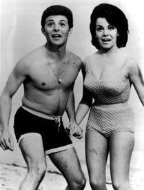 Даже в начале 1960-х бикини не приветствовалось. На фото Фрэнки Авалон и Аннет Фуничелло из телефильма