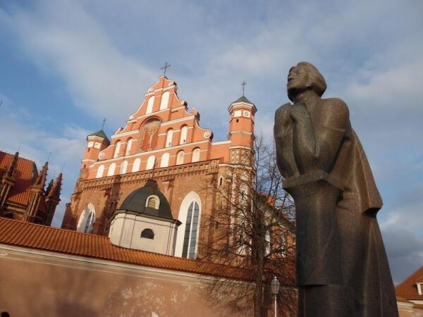 Памятник Адаму Мицкевичу у костела