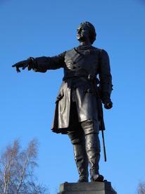 Через правое плечо императора перекинута орденская лента, на его груди - Андреевская звезда
