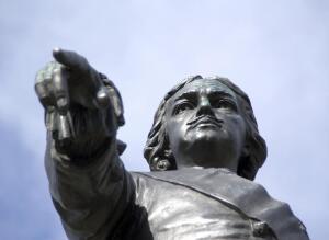 В чем отличия памятников Петру I, установленных в разных российских городах?
