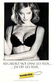 Ева Герцигова, рекламирующая бюстгальтер Wonderbra.
