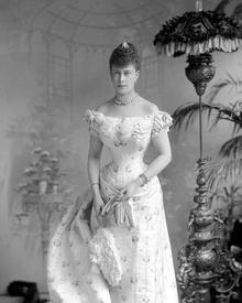 Декольте считалось уместным на вечерних и свадебных платьях.