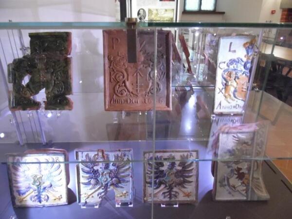 Старая керамика. На одной дощечке написано - 1606 год