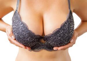 Каким был идеал женской груди в разные времена? Часть 4: открытая и силиконовая