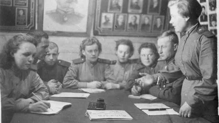 1944 год - собрание в войсковой части войск ПВО в Подмосковье. Прямо по центру - моя бабушка, Серафима Яковлевна.